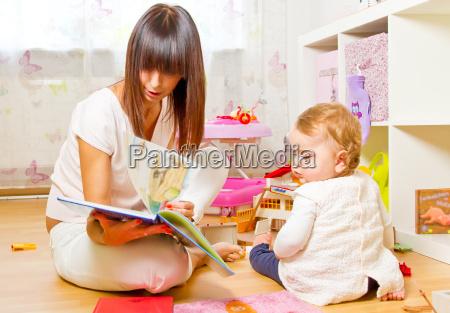 mor og barn med billedbog