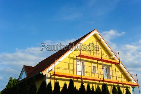 enkelt familie hus med stilladser