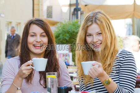 to unge kvinder i street cafe