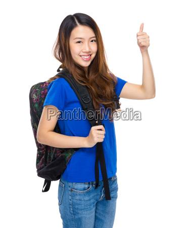 studerende med rygsaek og tommelfingeren op