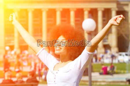 mujer joven en la ciudad disfrutando