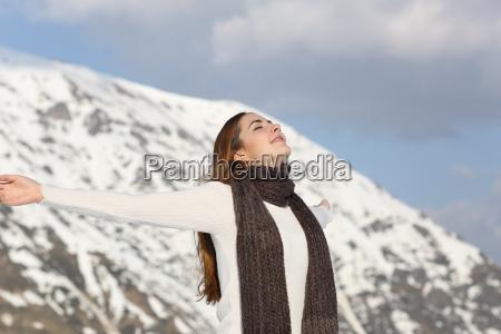 frau atmet die frische luft die