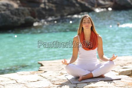 afslappet pige laver yoga ovelser pa