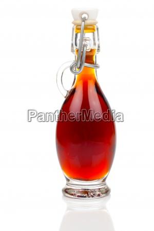 flaske alkoholdrik pa hvid baggrund