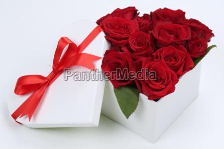 regalo come cuore con le rose