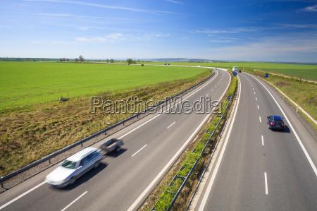 motorvejstrafik pa en dejlig solrig sommerdag