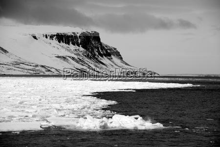 sort og hvide klipper i arktiske