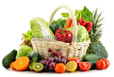vidjekurv med dagligvarer isoleret pa hvid