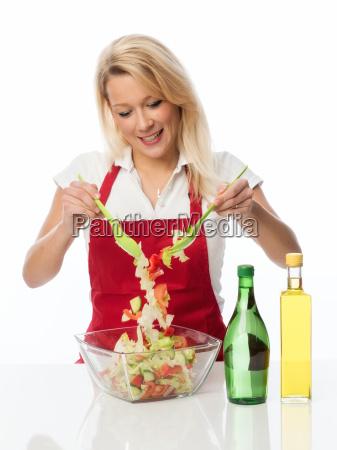 housewife omrores med et salatbestik en