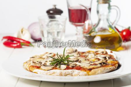 italiensk pizza funghi pa en hvid