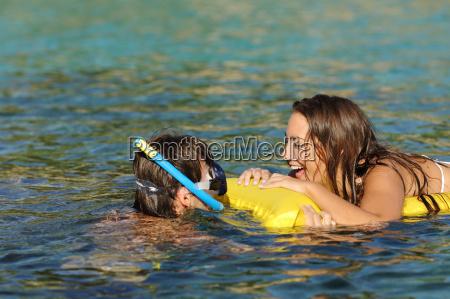 par af turister griner mens badning