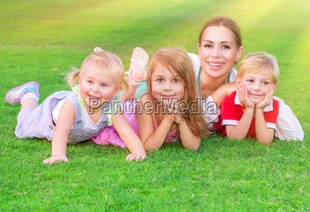 glad stor familie