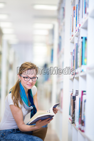 pretty kvindelige kollegium studerende i et