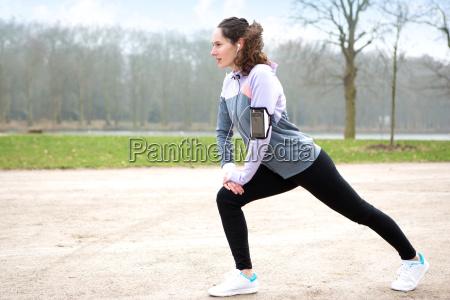 ung attraktiv kvinde stretching efter en