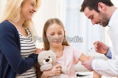 unge lille pige ledsaget af sin