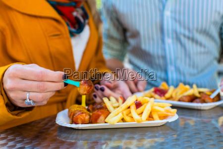 couple, spise, currywurst, på, imbissbude - 13707502
