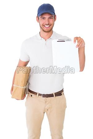 glad levering mand holder papkasse og