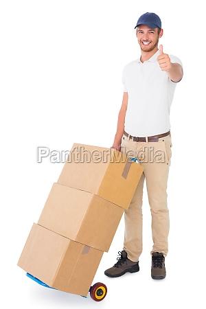 glad levering mand skubbe trolley af