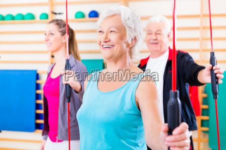 gruppe i fitness med gym bar