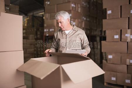 lagerarbejder med udklipsholder