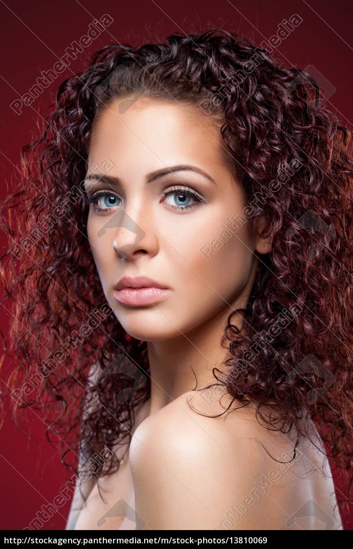 cd5ed081c9c4 smuk kvinde med rødt krøllet hår - Royalty Free Image -  13810069 ...