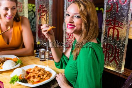 unge mennesker spiser pa china restaurant