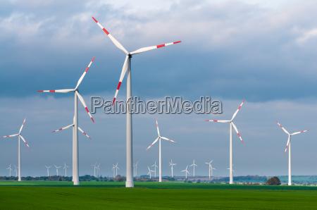vindmollepark pa en blaesende dag vindenergi