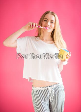 pige i pyjamas borste hendes taender