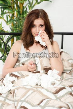 ung kvinde med en lobende naese