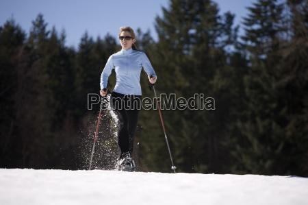 ung kvinde lober gennem sne med