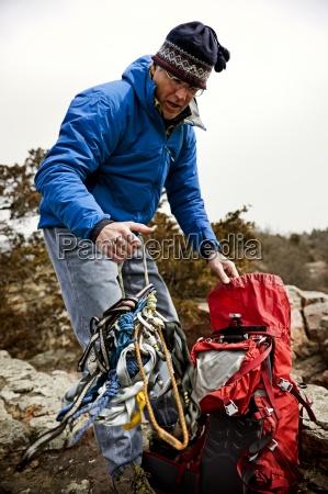 man udpakning klatring gear i palisades