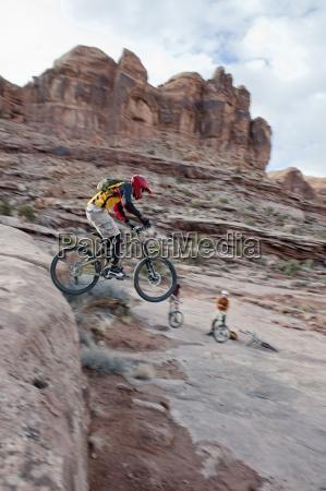 en downhill mountainbiker lancerer en drabe