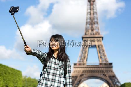 unge attraktive asiatiske turist i paris