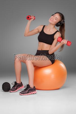 sporty kvinde gor aerob traening