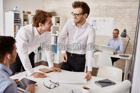 fnise smiler diskussion med succes vellykket