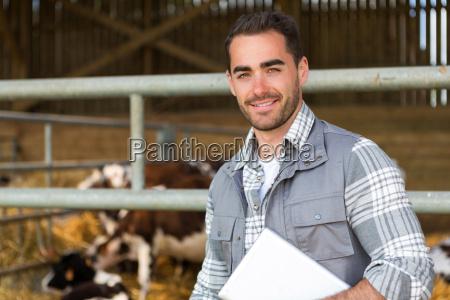unge attraktive landmand i en lade