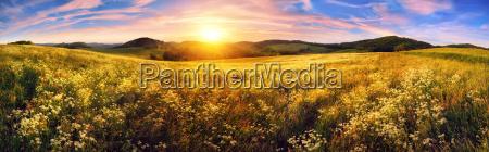 panorama af en farverig solnedgang pa