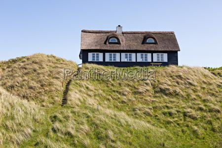 sommerhus med stratag i klitterne