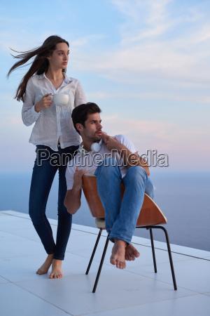 glad ung romantisk par have det