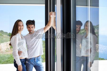 afslappet ungt par pa home trappe