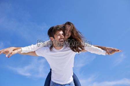 glad ung romantisk par har det