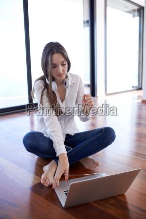 afslappet ung kvinde derhjemme arbejder pa
