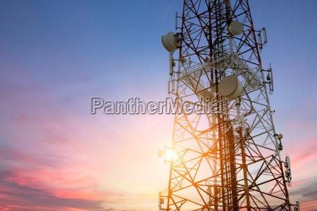 satellit parabol telecom netvaerk ved solnedgang