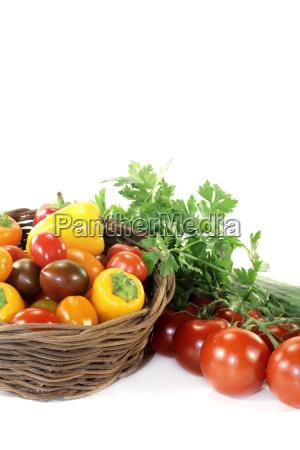 vegetabilsk kurv med forskellige grontsager