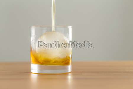 pour af whisky