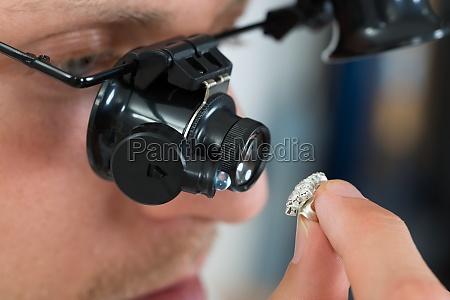 juveler ser ring med loupe
