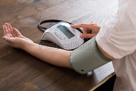 naerbillede af forretningskvinden maling af blodtryk