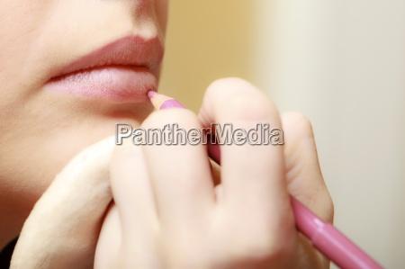 makeup kunstner anvender med blyant kosmetisk