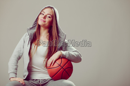 sporty teenage pige i haette holder