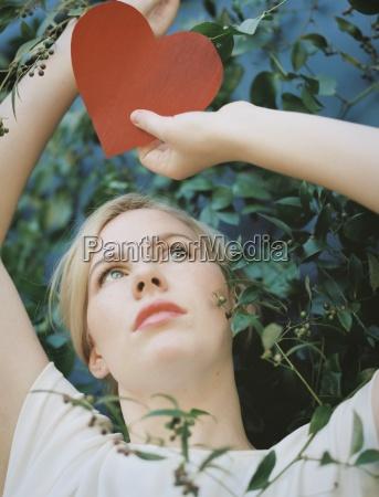 en blond kvinde holder et rodt